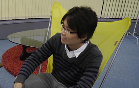 プログラマの遠藤さんが座っている