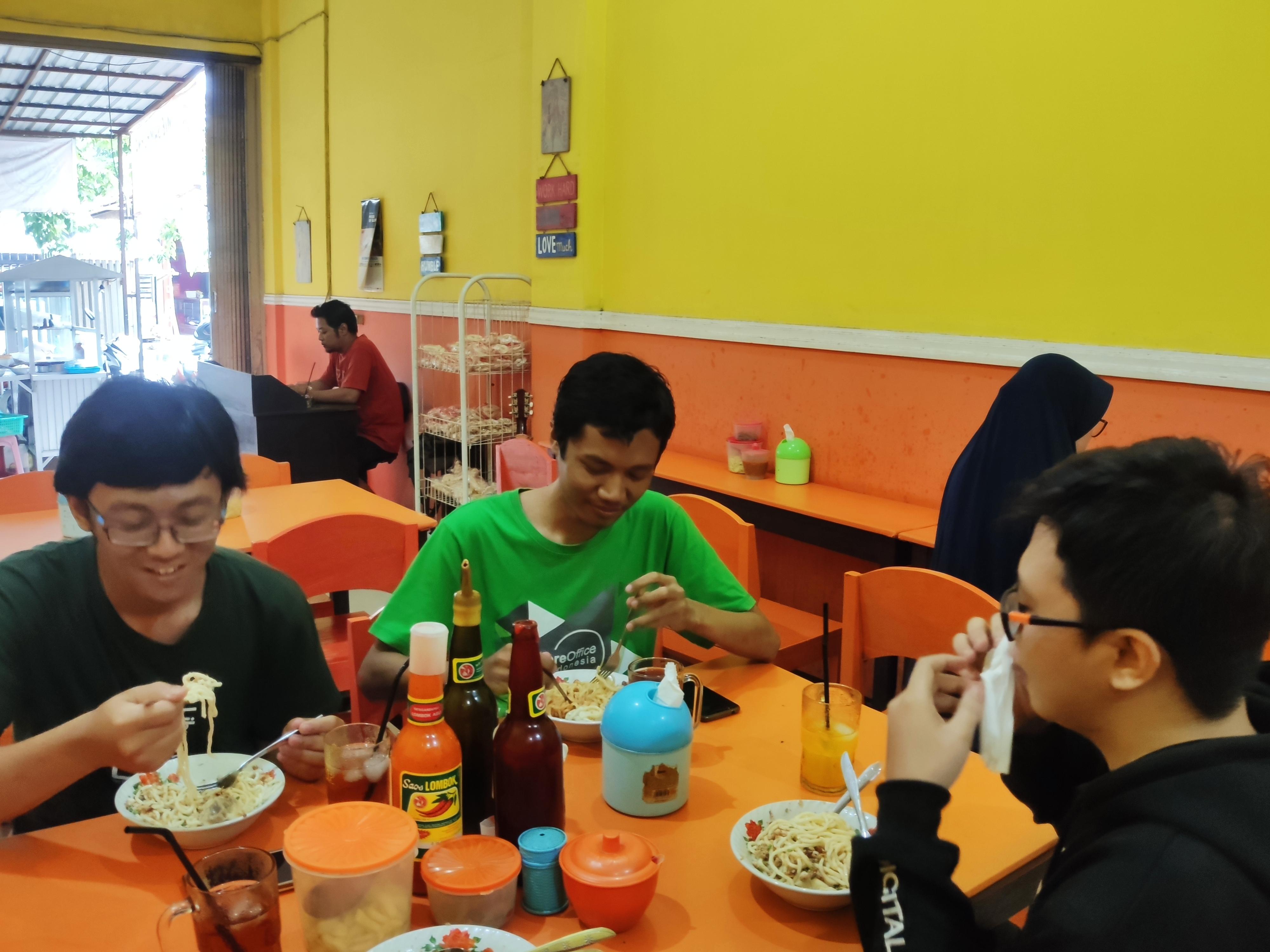 Makan Mie Apong