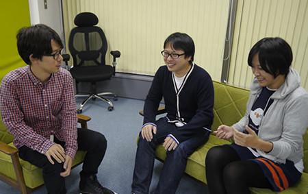 プログラマの松村さんとデザイナーの町田さんと赤塚さんが話している